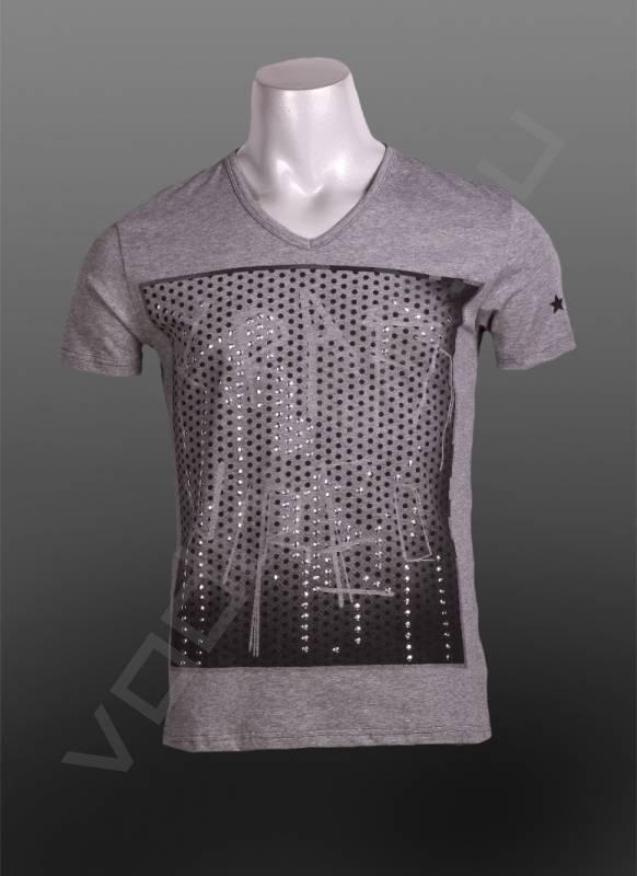 Футболка CasualФутболки и поло<br>Мужская футболка, V-образный ворот, стрейч, приталенная, принт отделан металлическими паетками.<br><br>Цвет: серый<br>Размер INT: M<br>Пол: Мужской