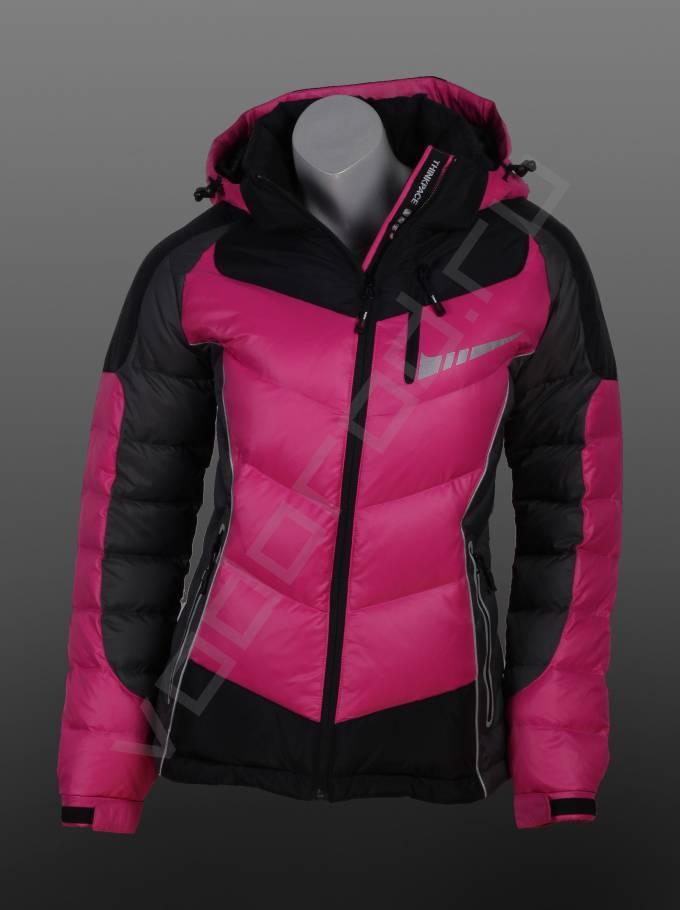 ПуховикВерхняя одежда<br>Спортивный женских пуховик, укороченная приталенная модель, ветрозащитные и дышащие ткани, морозоустойчивые, модель отлично подходит для активного отдыха и спорта, а так же для длительных прогулок на свежем воздухе, выдерживает сильные морозы. Пуховик имеет съемные регулируемый капюшон, скользящие молнии, прокленные швы, трикотажные манжеты внутри рукава, воротник стойка, байковая отделка внутренней стороны воротника, светоотражающая отделка.<br><br>Цвет: розовый<br>Размер INT: S,XL,2XL<br>Пол: Женский