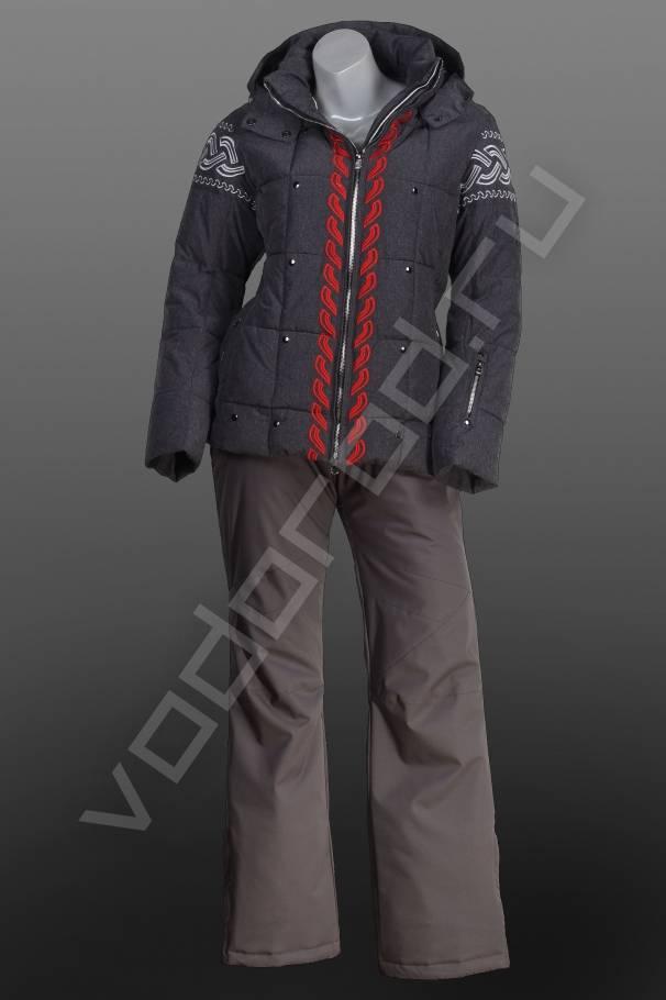 Горнолыжный костюмГорнолыжная одежда, сноубординг<br>Стильный женский горнолыжный костюм. Куртка прямого кроя, слегка приталенная модель, центральная открытая молния, съемный регулируемый капюшон, воротник стойка, стильная вышивка, отделка кнопками, два боковых врезных кармана, снегозащитная юбка. Горнолыжные брюки, в комплекте серого цвета, куртку можно приобрести отдельно, высокая съемная спинка с отстегивающимися лямками и регулируемым поясом, внутренние защитные гетры, анатомический крой колена, защита внизу брюк.<br><br>Цвет: серый<br>Размер INT: 2XL,L,M,S,XL<br>Пол: Женский