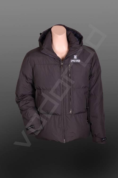 ПуховикВерхняя одежда<br>Мужской пуховик, суперпопулярная модель (хит продаж), прямой, два боковых кармана и один нагрудный на молнии. Пуховик имеет съемный капюшон.<br><br>Цвет: серый<br>Размер INT: 2XL<br>Пол: Мужской